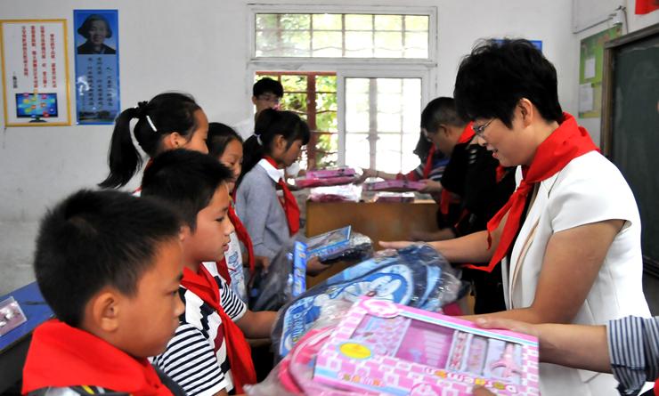 """9月29日,一场""""情系乡村小学 关爱留守儿童""""爱心捐助活动,在南陵县许镇"""